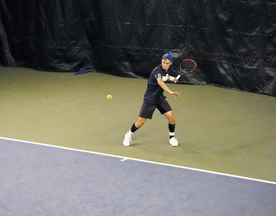Cole+Maura+%E2%80%9919+prepares+to+hit+a+backhand+in+practice.