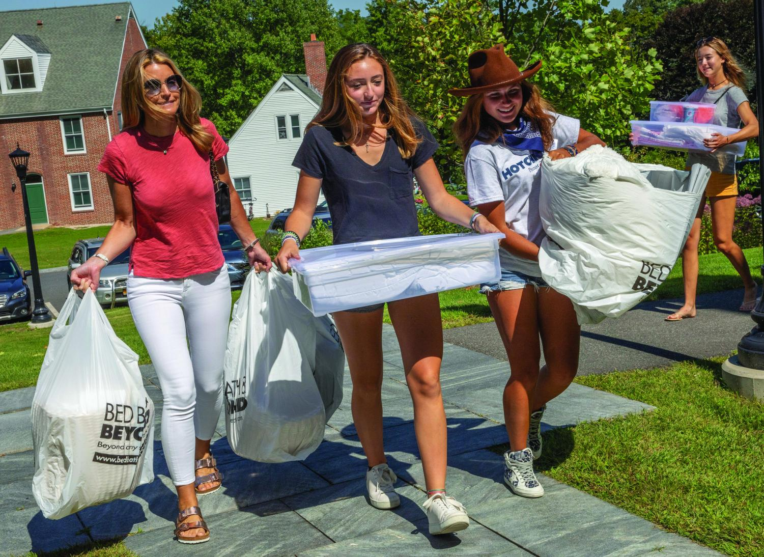 Redlich proctor Isabella Giordano '20 helps Cate Barry '23 and her mother move into the dorm.